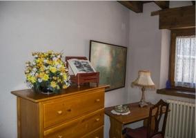 Dormitorio con camas individuales y muebles de madera