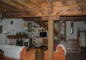 Salón con chimenea y sofás