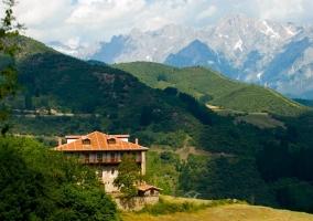 Casa y al fondo la montaña