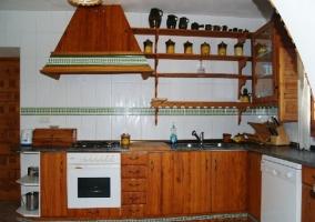 Cocina en la planta baja de la casa y madera