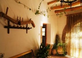 Salón con chimenea y mesa