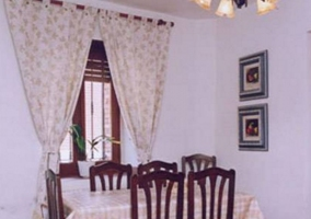 Mesa del comedor junto a la ventana