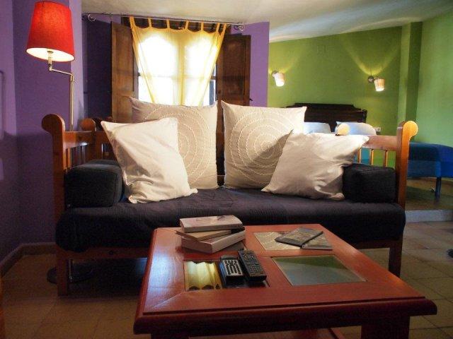 Salón con sofá y mesita de café