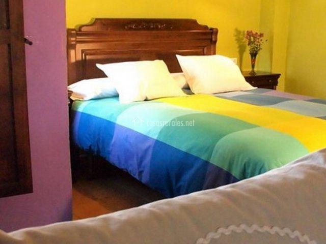 Dormitorio con cama de matrimonio de apartamento