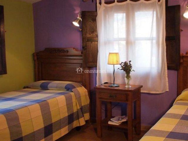 Dormitorio doble con dos camas de la casa rural