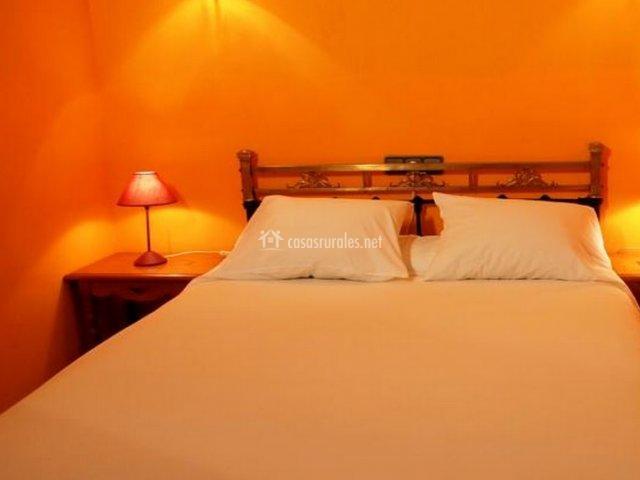 Dormitorio doble naranja de la casa rural