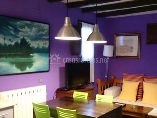 Mesa de comedor y sala de estar de la casa rural