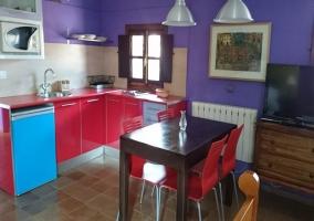 Cocina con lavavajillas azul
