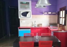 Cocina roja con mesa