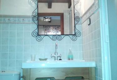 Aseo con ducha y mueble de lavabo