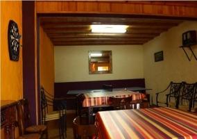 Sala de ocio con mesas y dianas