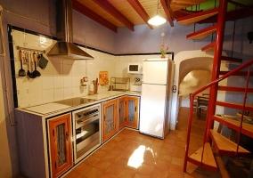 Cocina con azulejos y escaleras