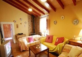 Salón con mobiliario de madera