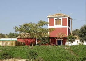 Vista general de la casa con jardín