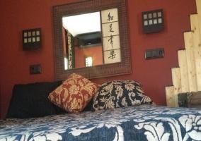 Dormitorio con cama y espejo