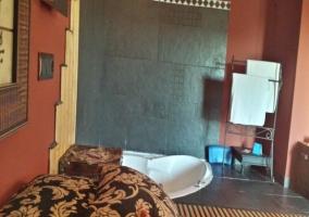 Dormitorio con bañera de hidromasaje