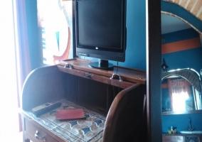Dormitorio con televisor