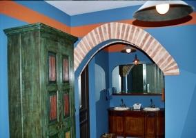 Dormitorio con arco en azul