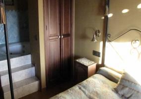 Dormitorio con escaleras
