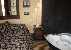 Dormitorio con cama vestida