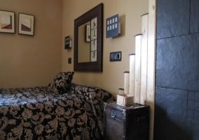 Dormitorio con cama y decoración