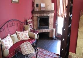 Dormitorio con sala y su chimenea