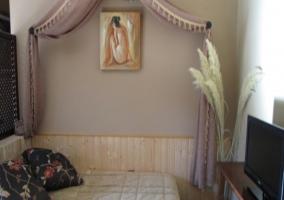 Dormitorio con cuadro