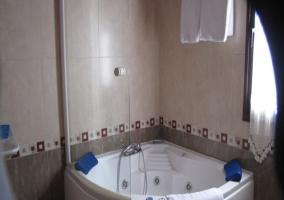 Dormitorio con su aseo e hidromasaje