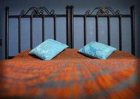 Dormitorio con colcha naranja