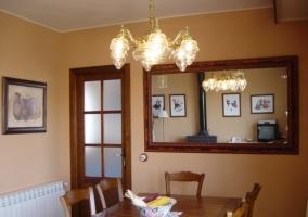Sala de estar con mesa grande y espejo