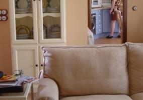Mesa del comedor y otros asientos de la sala de estar