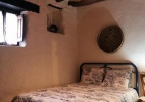 Dormitorio con detalles y ventanas