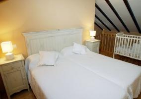 Habitación doble con camas separadas y baño propio
