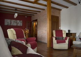 Sala de estar con la mesa de madera y las sillas