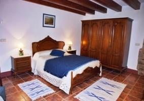 Dormitorio bajo vigas de madera