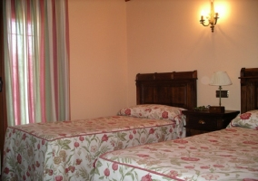 Dormitorio doble con cabeceros en madera tallada