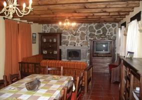 Salón comedor con vigas de madera