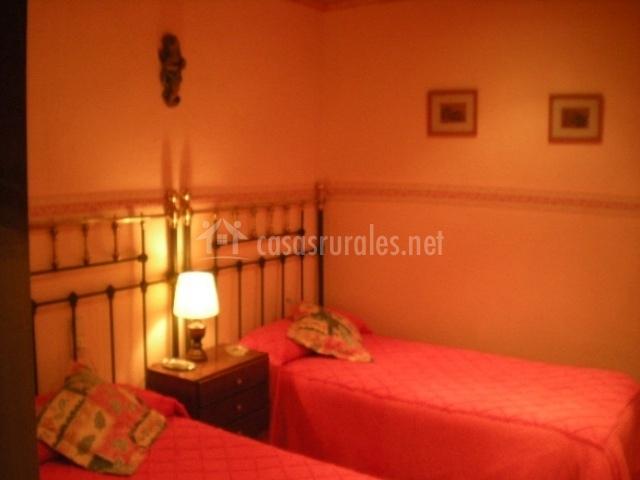 Dormitorio con dos camas rojas