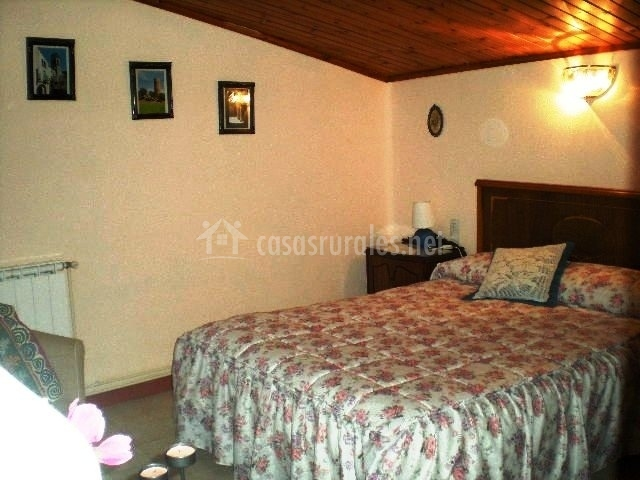Dormitorio de matrimonio con techo abuhardillado