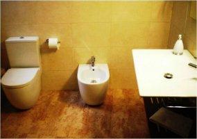 Cuarto de baño blanco y marrón