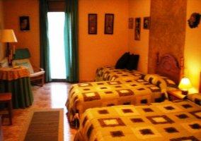 Dormitorio triple con edredones de cuadros