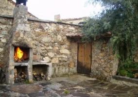 Acceso principal a la casa con muro de piedra