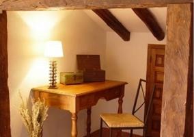 Salón con escritorio de madera