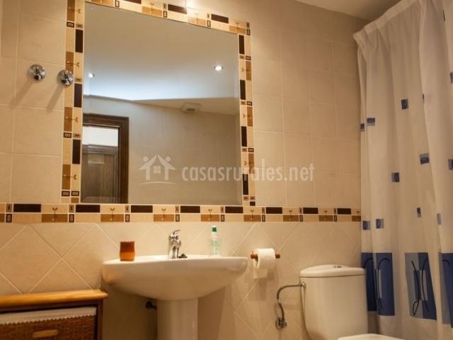 Apartamento xisqueta casa marquet en valle de lierp huesca for Cuarto de bano completo