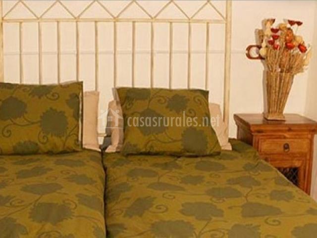 Dormitorio con camas individuales en color verde