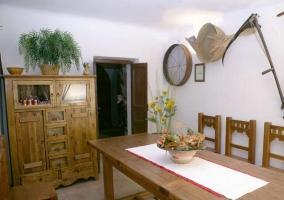 Comedor con mobiliario de madera