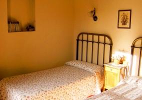 dormitorio doble con camas separadas casa rural