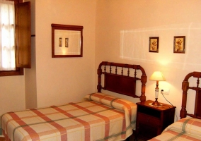 habitacion doble con camas de madera