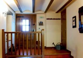 recibidor con puerta de madera y escaleras