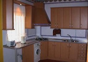 Cocina de madera equipada